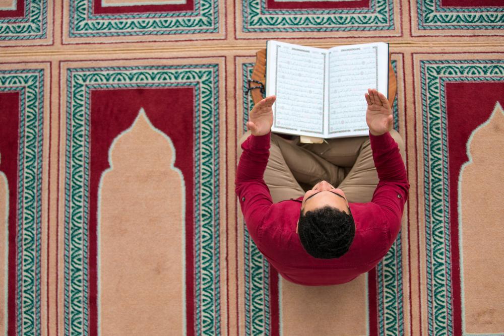 Hukum Mengeraskan Suara Saat Membaca Al-Qur'an