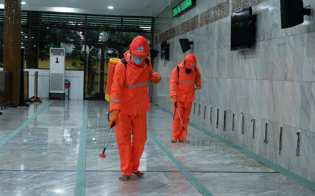 Aksi Semprot Desinfektan DQ Membasahi Lantai Masjid Agung Sidoarjo